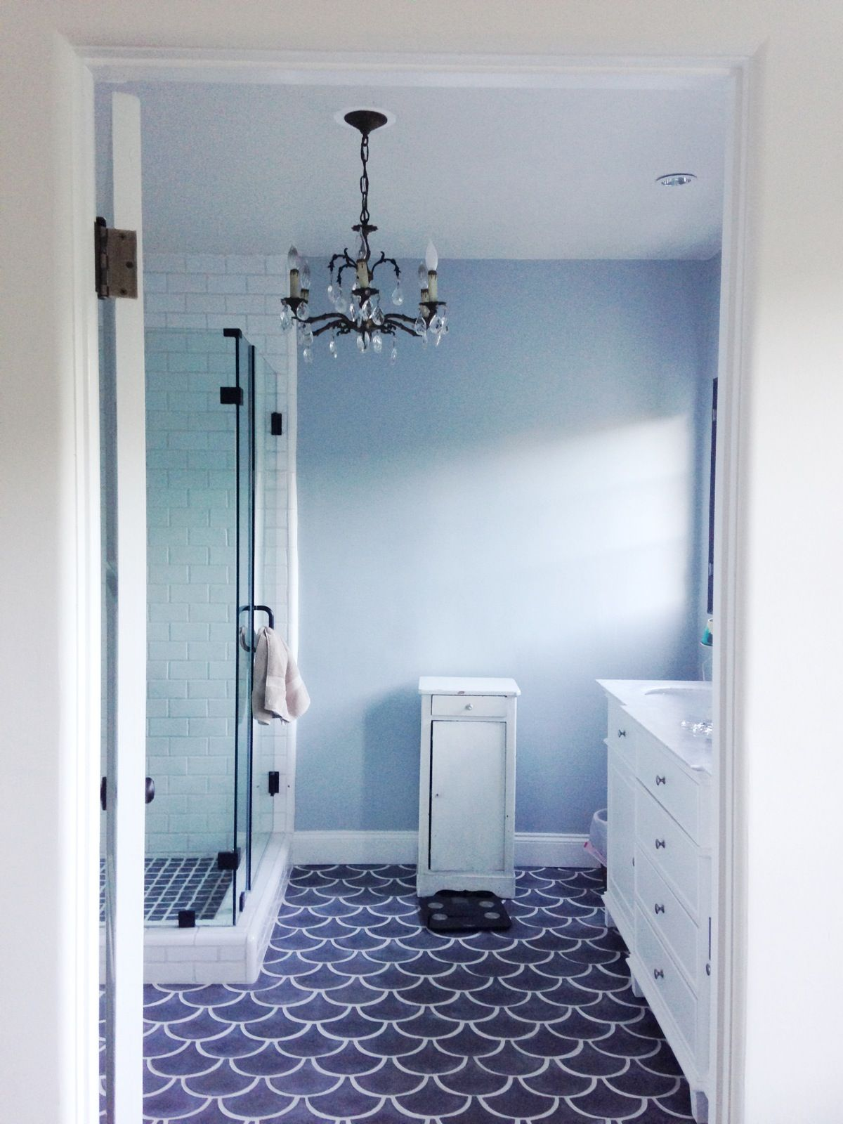 Cool light blue master bathroom with amazing wavelike blue for Cool master bathrooms