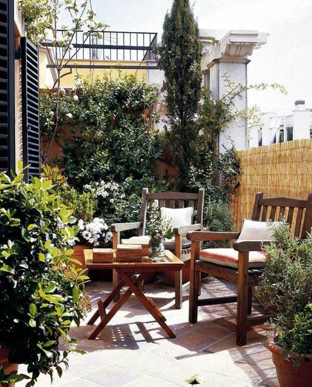 Holz Klapptisch Bambus Sichtschutz immergrüne Zypressen - kleinen garten gestalten sichtschutz