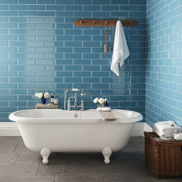 Retro Badewanne steht auf dem Hintergrund von taubenblauen ...