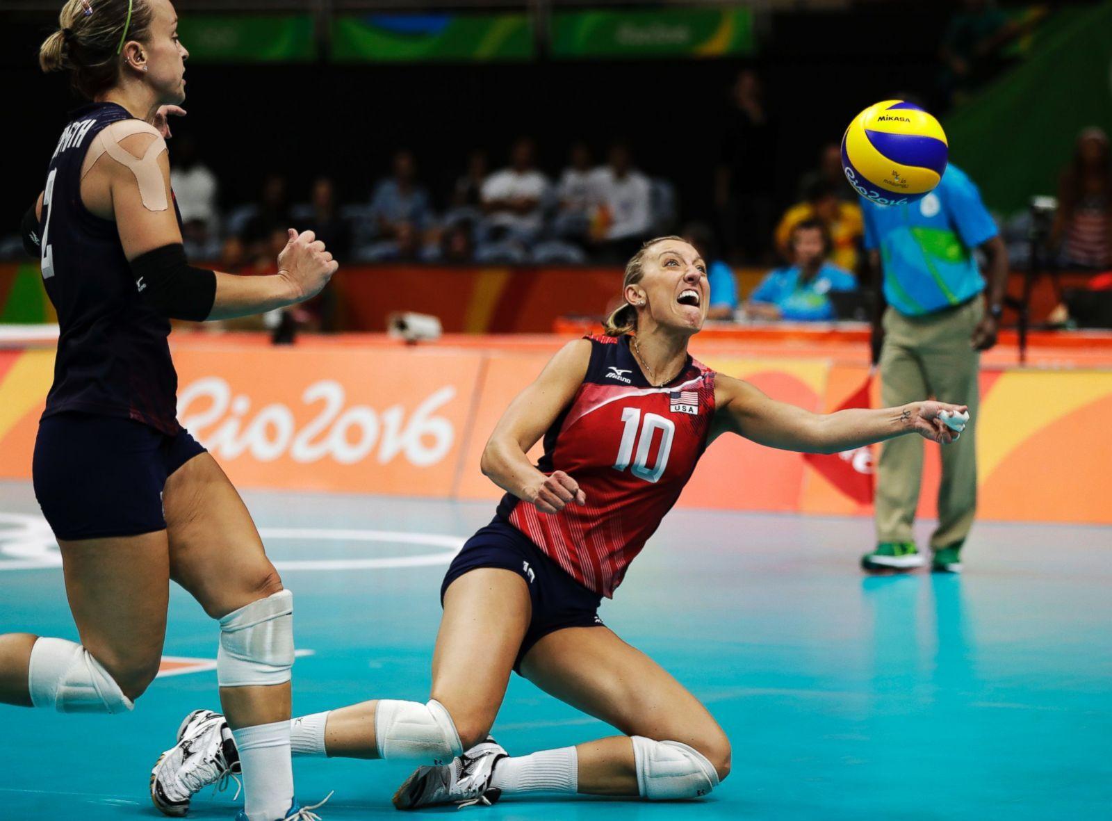 United States Jordan Larson Dives For The Ball As Kayla Banwarth Follows During Rio Olympics Rio Olympics 2016 Olympics 2016