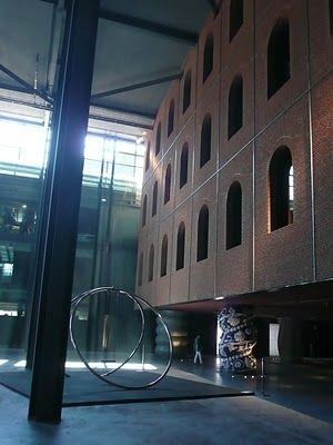Desde este espacio singular emergen tres edificios que representan los tres ejes:  Mediateka, Actividad física, Programación cultura