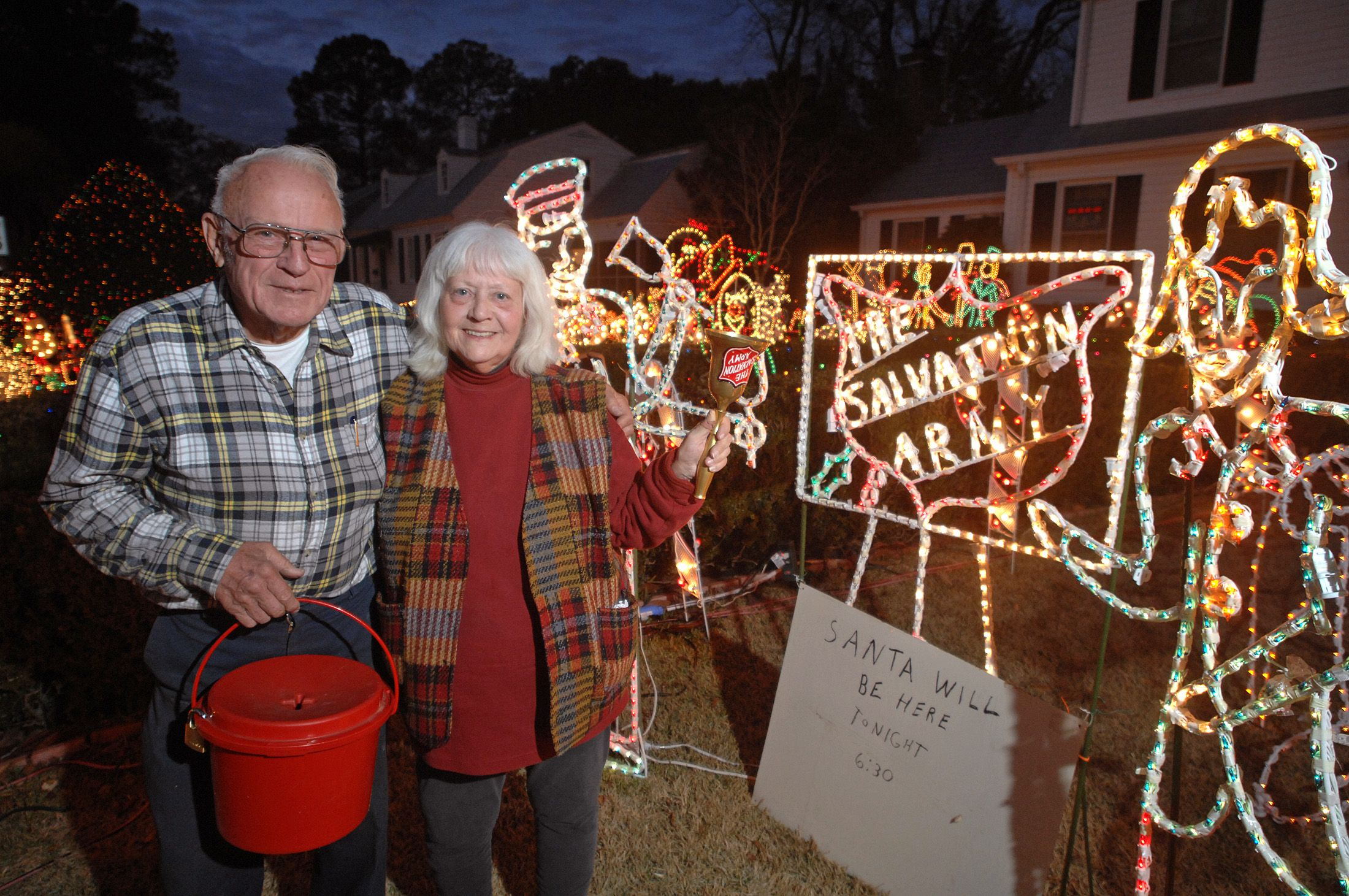 Christmas Lights In Savannah Ga.Bob And Betty Haldeman Provide A Holiday Spectacle Each