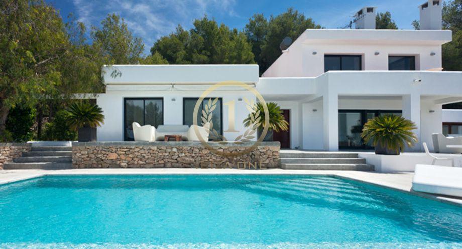 Villa moderne avec une belle vue sur le jardin et la mer ...
