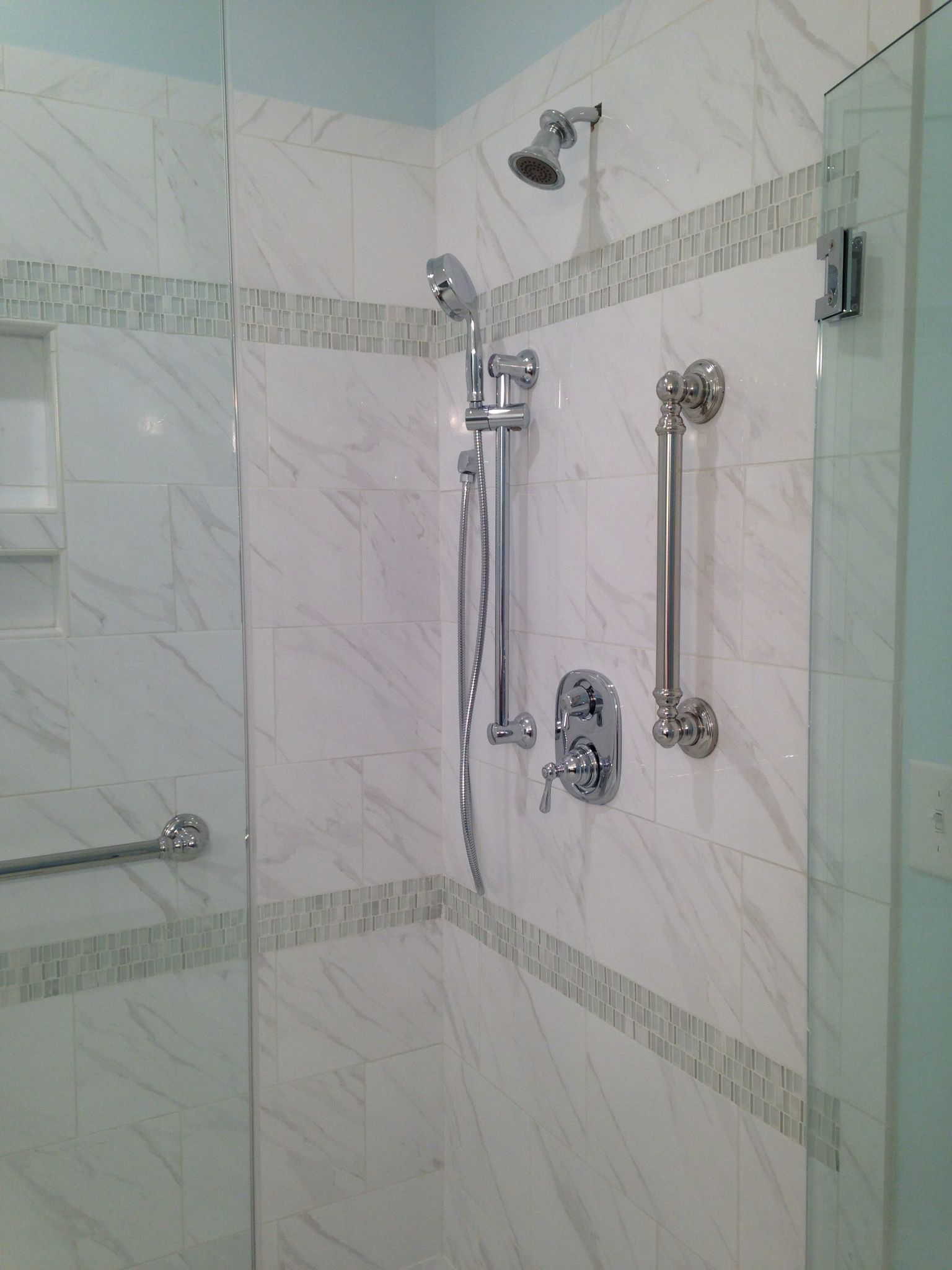 Daltile florentine fl06 carrara 10x14 with glass accent for Daltile bathroom ideas