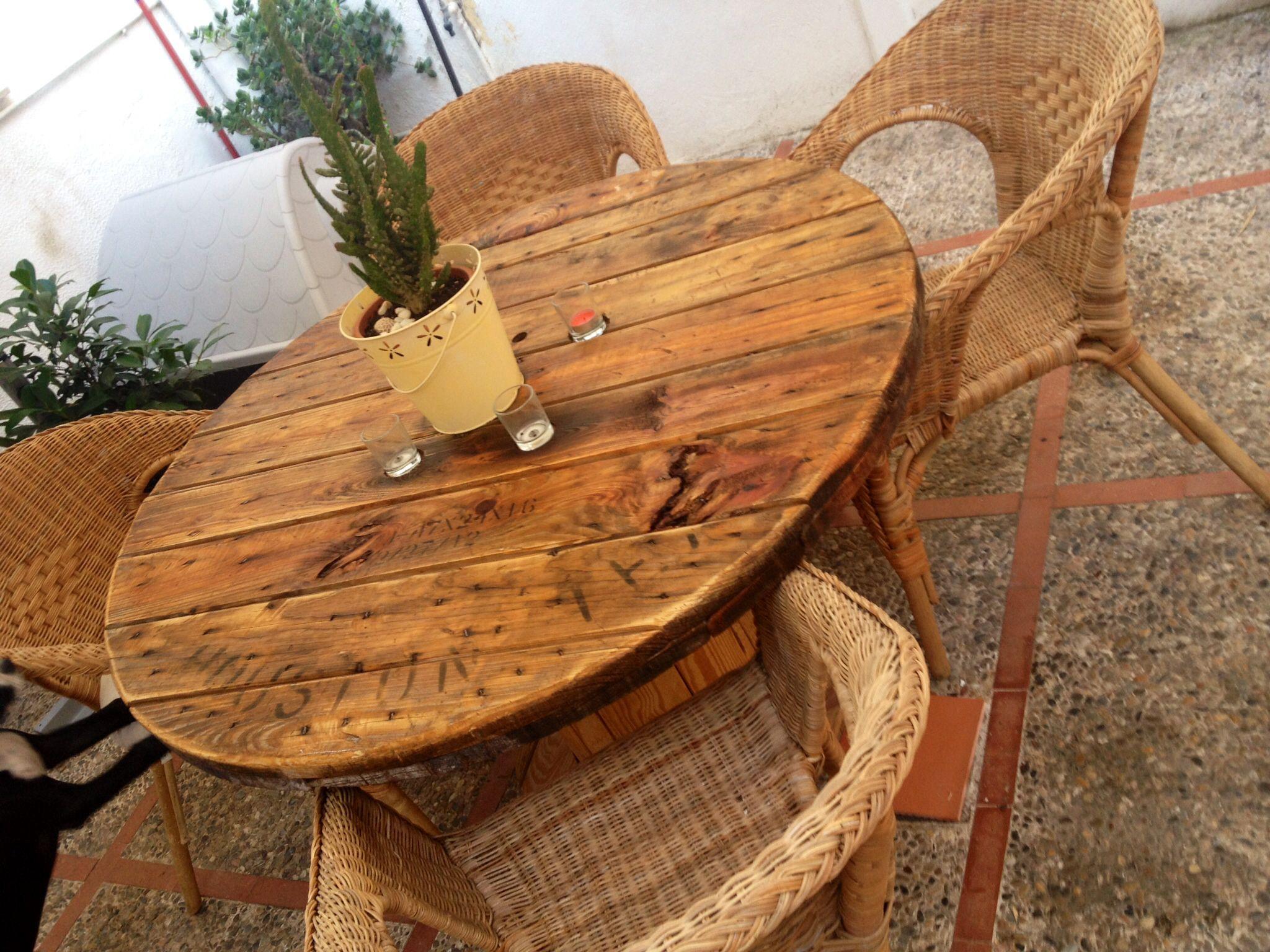 Mesa redonda para patio hecha con una bobina de madera for Mesas para patio