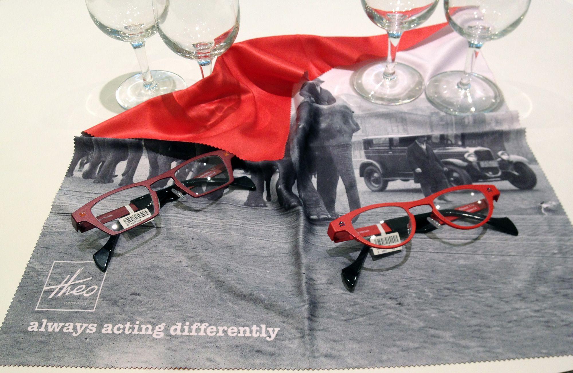 Zum Gläser putzen viel zu schade: Microfasertücher von Theo Eyewear mit tollen Motiven gibt es bei der Augenweide in Köln