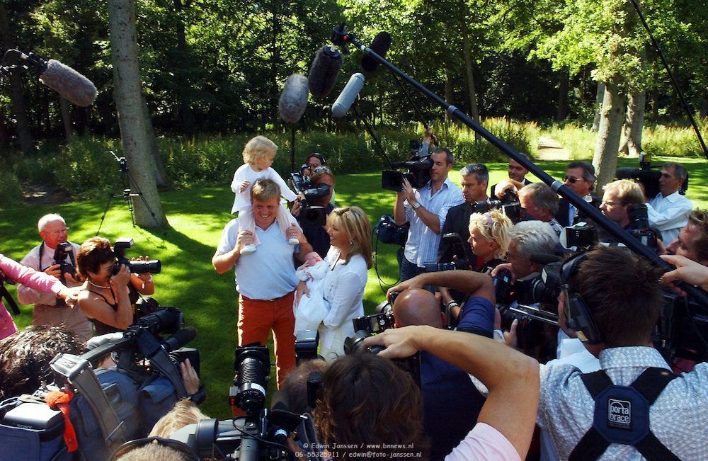 NLD/Wassenaar/20050717 - Fotosessie prins Willem - Alexander, prinses Maxima, Amalia en Alexia, fotografen  en cameraploegen omringen
