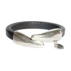 Simplicité et élégance pour ce bracelet femme en cuir demi-jonc composé de 2 embouts en métal plaqué argent 4 microns.