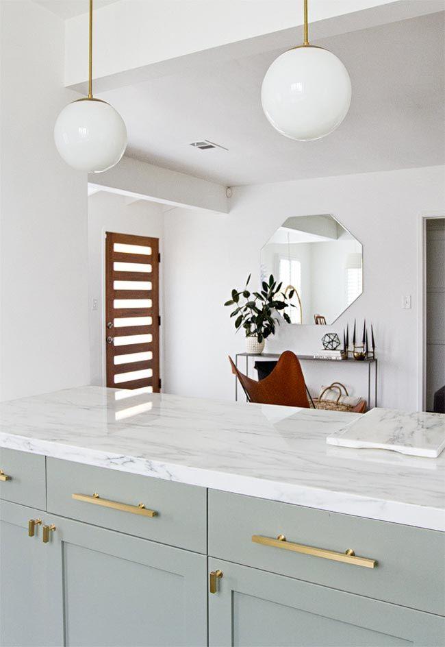 Una cocina de Ikea en verde claro y blanco abierta al salón ...