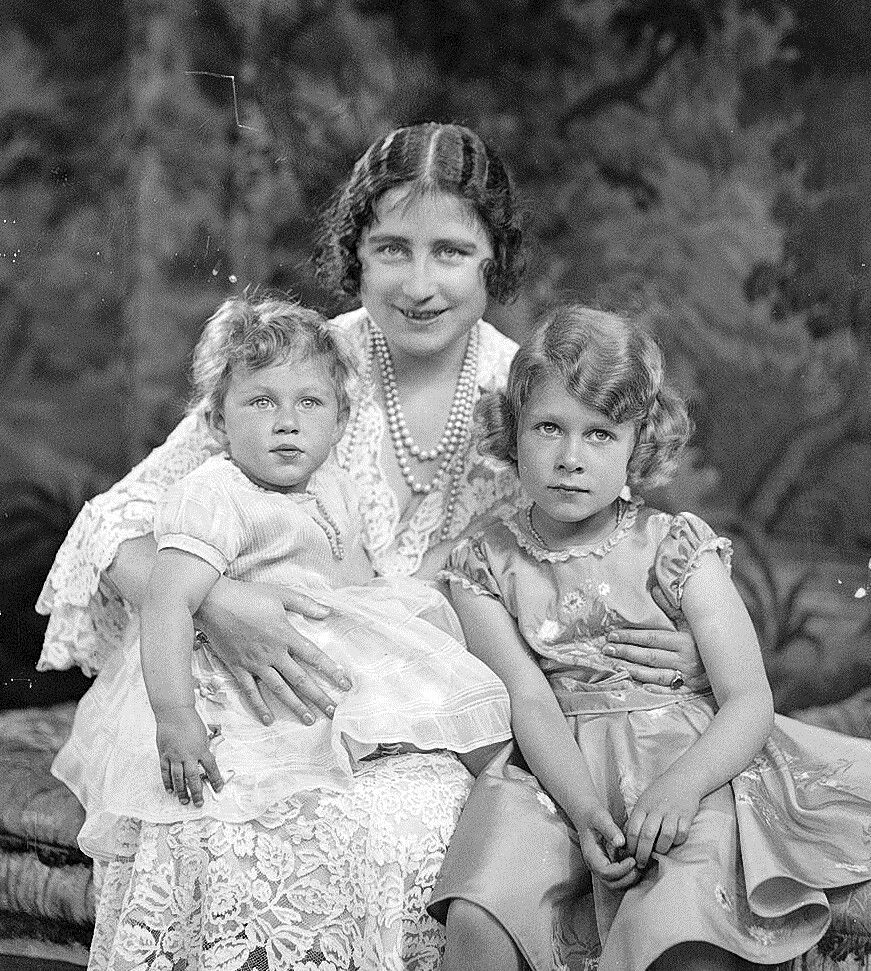 Elizabeth, Duchess of York with her daughters, Princesses