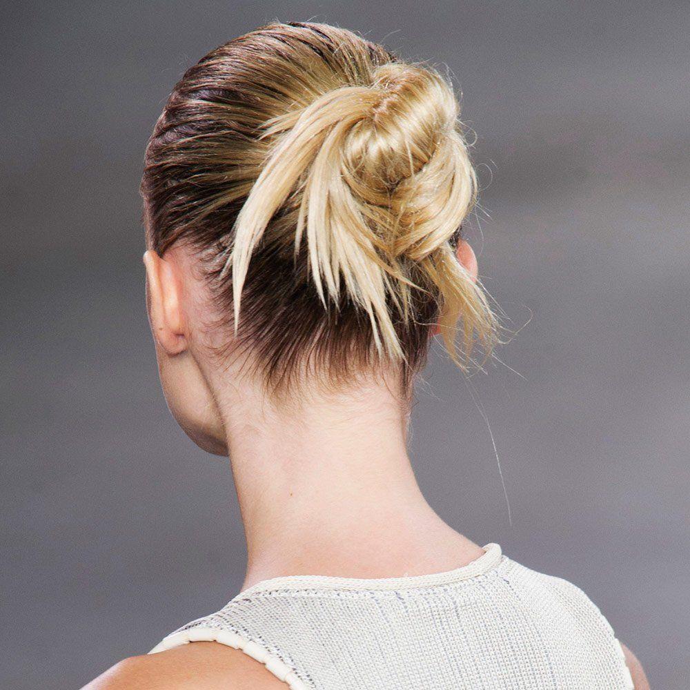Le Chignon Flou Pour Un Look Coiffe Decoiffe Sans Effort Chignon Flou Coiffures Cheveux Lisses Chignon