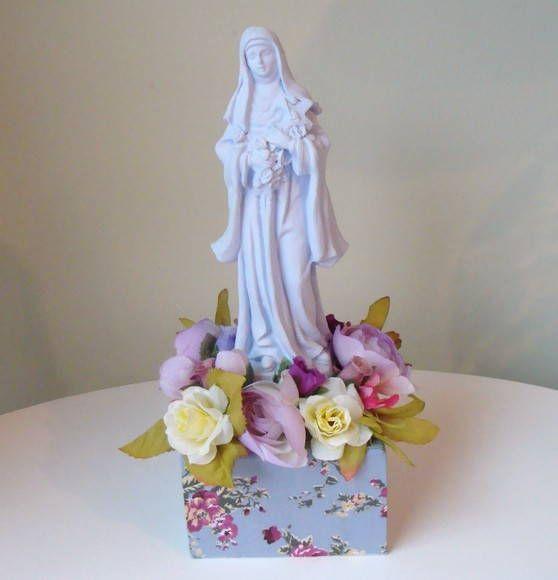 Imagens de santo coloridos em gesso com pedestal e flores
