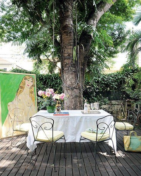 Contra o desperdício e o consumo desenfreado, a artista plástica Isabelle Tuchband preserva as peças antigas, herdadas de família e compradas em viagens. No jardim de sua casa, a mesa de ferro, dos anos 1950, que sua sogra trouxe de Nova York