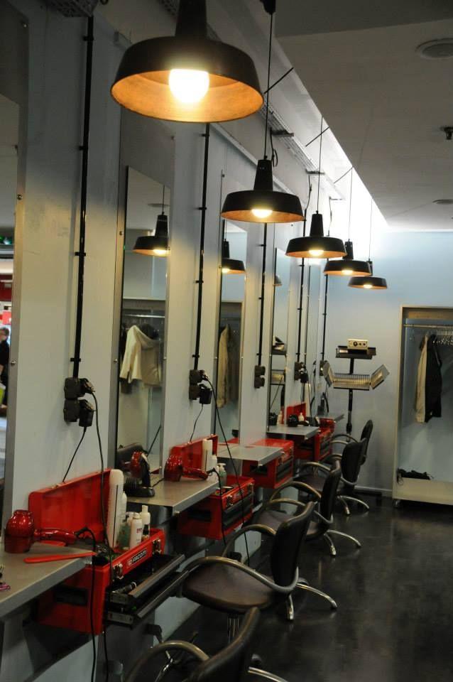Table de travail du salon de coiffure Simonian à Aubière