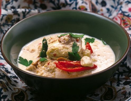 Für die Kokos-Hühner-Suppe zunächst das Huhn in einem großen Topf Wasser mit allen weiteren Suppenzutaten ca. 1 Stunde kochen, bis sich das Fleisch