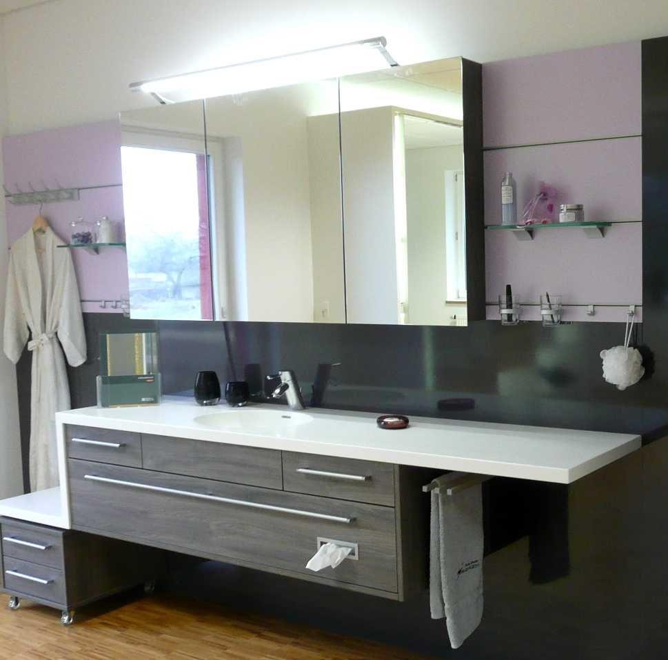 Waschtisch mit Relingsystem als Rückwand  Badezimmer, Weißer