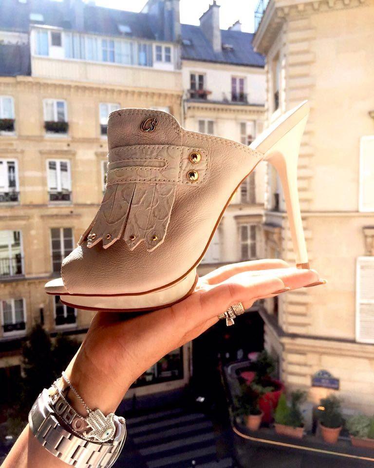 819ae2dfe4 Passeando pelas ruas de Paris  tamanco Carmen Steffens com salto fino com  franjas e aplicações douradas. From Paris  Clog Carmen Steffens with  tassels and ...