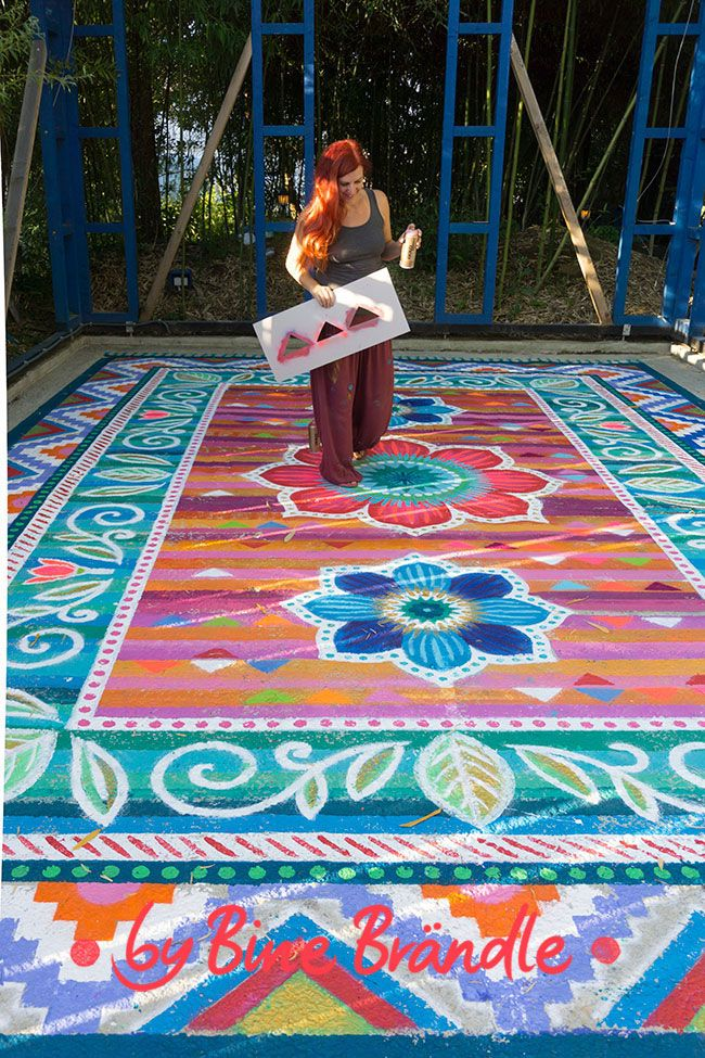 Knallig Bunter Riesen Teppich auf Beton gemalt für eine wunderschöne un einzigartige Garten Deko. -Bine Brändle, DIY, Do it yourself, howto, Anleitung, Idee, selbermachen, heimwerken, basteln, dekorieren, Dekoration, Haus, Wohnung, Garten, Terrasse, bunt, fröhlich, farbenfroh, kreativ, originell, happyhome, happygarden, colorfulhome, #porchpaintideas