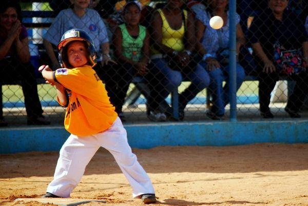 Foto de niño con síndrome de Down al bate