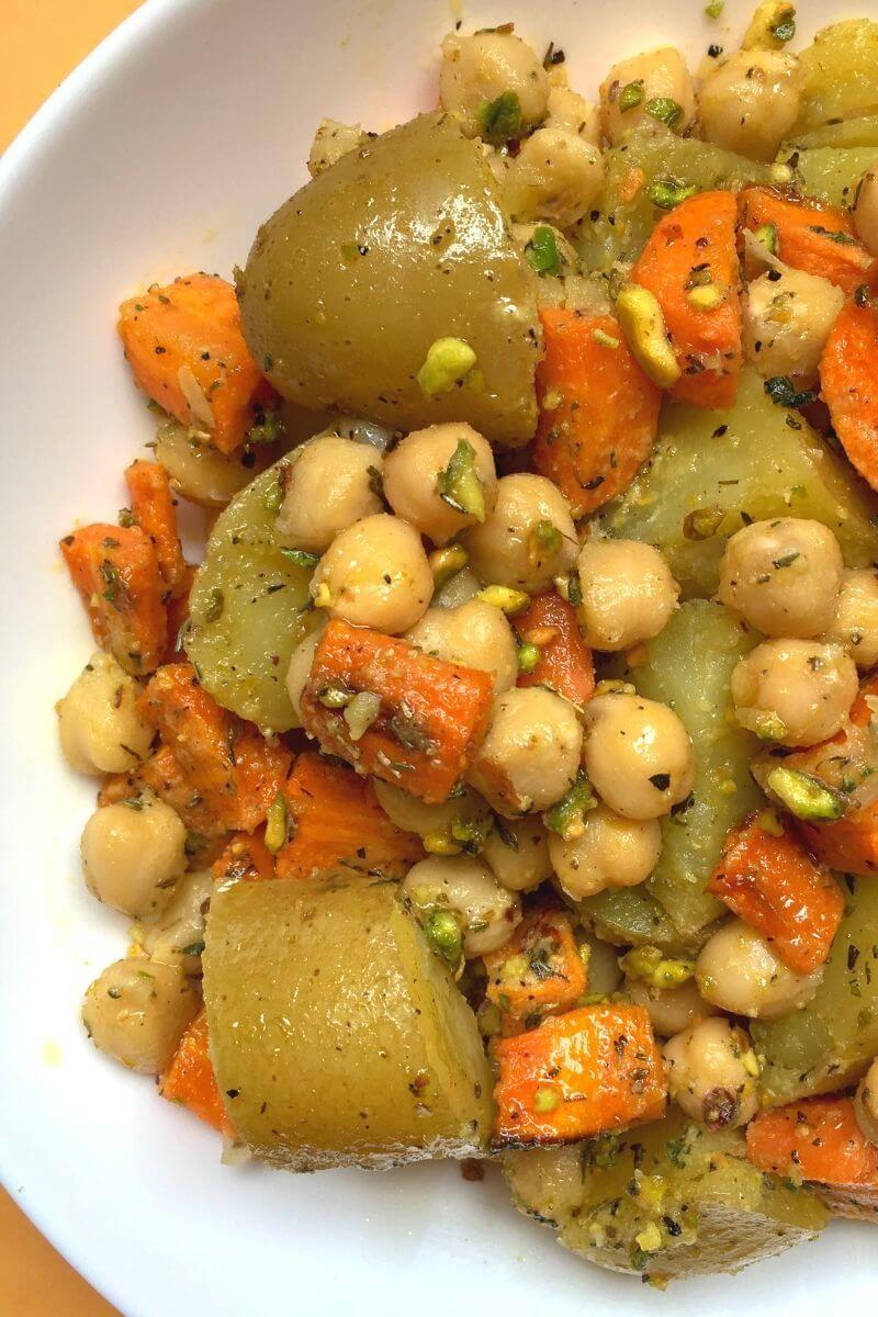 Zanahorias con patatas al horno y garbanzos