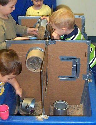 Voor de jongste kinderen op de camping is dit heel leuk. Door een zandtafel neer te zetten kunnen ze experimenteren met zand, openingen etc. Maak van karton een vakkenpatroon.