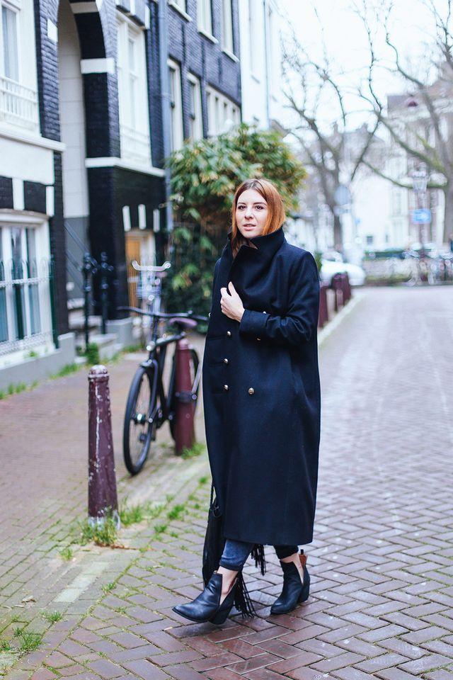 Amsterdam Streetstyle: schwarzer Oversize Mantel und Cut Out Boots