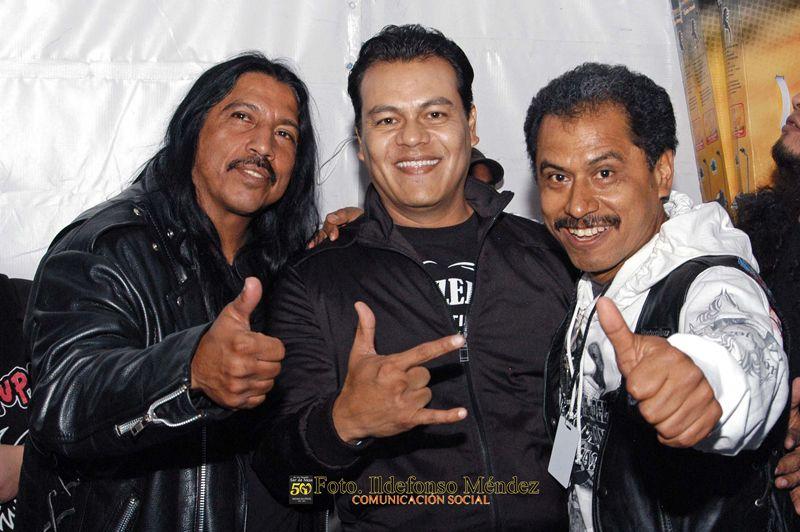 Nezahualcóyotl, Méx. 24 Abril 2013. Poco antes salir al escenario el vocalista principal de Bostik se retrato con  el alcalde Juan Zepeda.