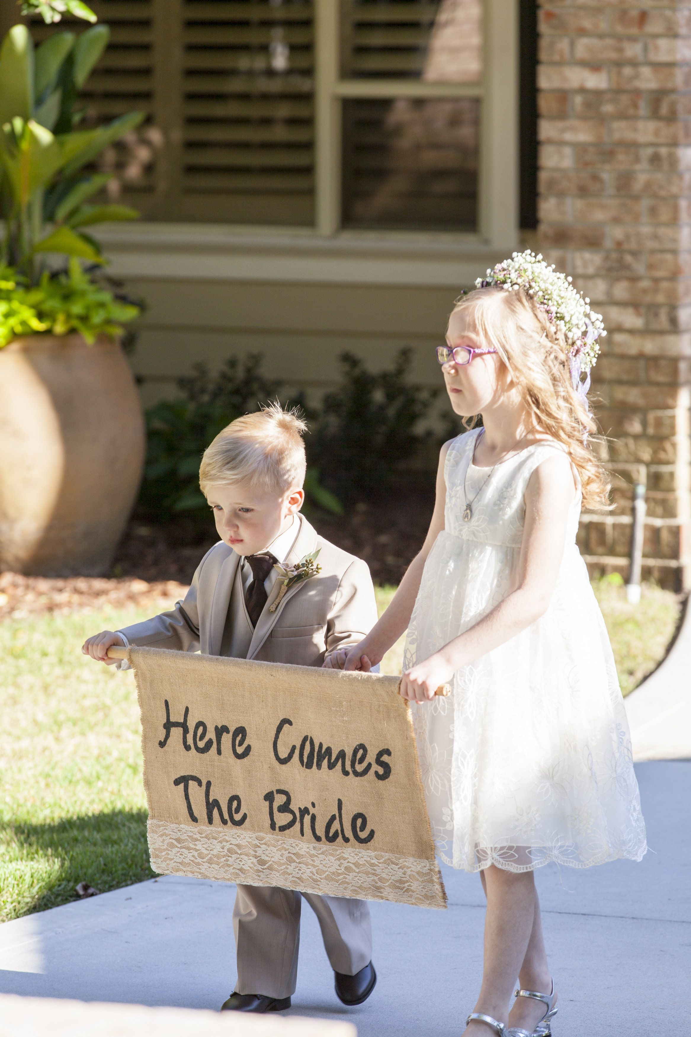 The Bride Is Preceded By The Ring Bearer And Flower Girl Carrying A Burlap And Lace Here Comes The Bride Sign Blumenkinder Hochzeit Braut Hier Kommt Die Braut