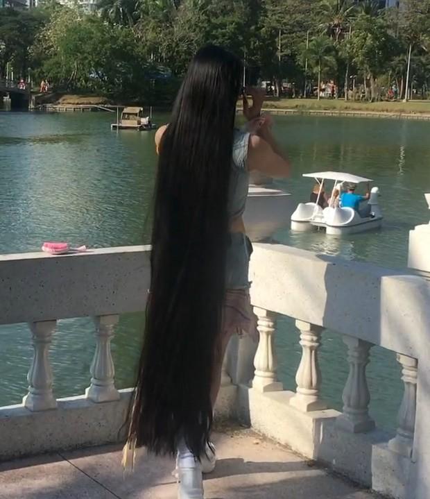 Video Rin In Bangkok Realrapunzels Long Hair Styles Long Hair Play Hair Lengths