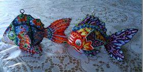 Quiero brindar esta idea que se me ocurrió a quienes la aprecien. Se trata de los pequeños peces de colores que hago, están inspirados en ...