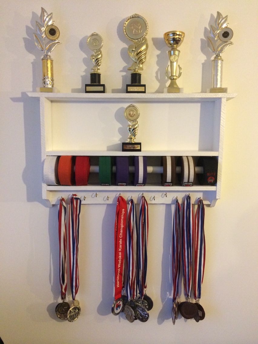 A karate trophy belt and medal display made from pallets for Ideas para colgar medallas
