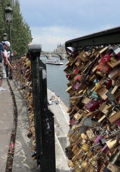 Parigi: troppi lucchetti dell'amore, crollo sul Pont des arts