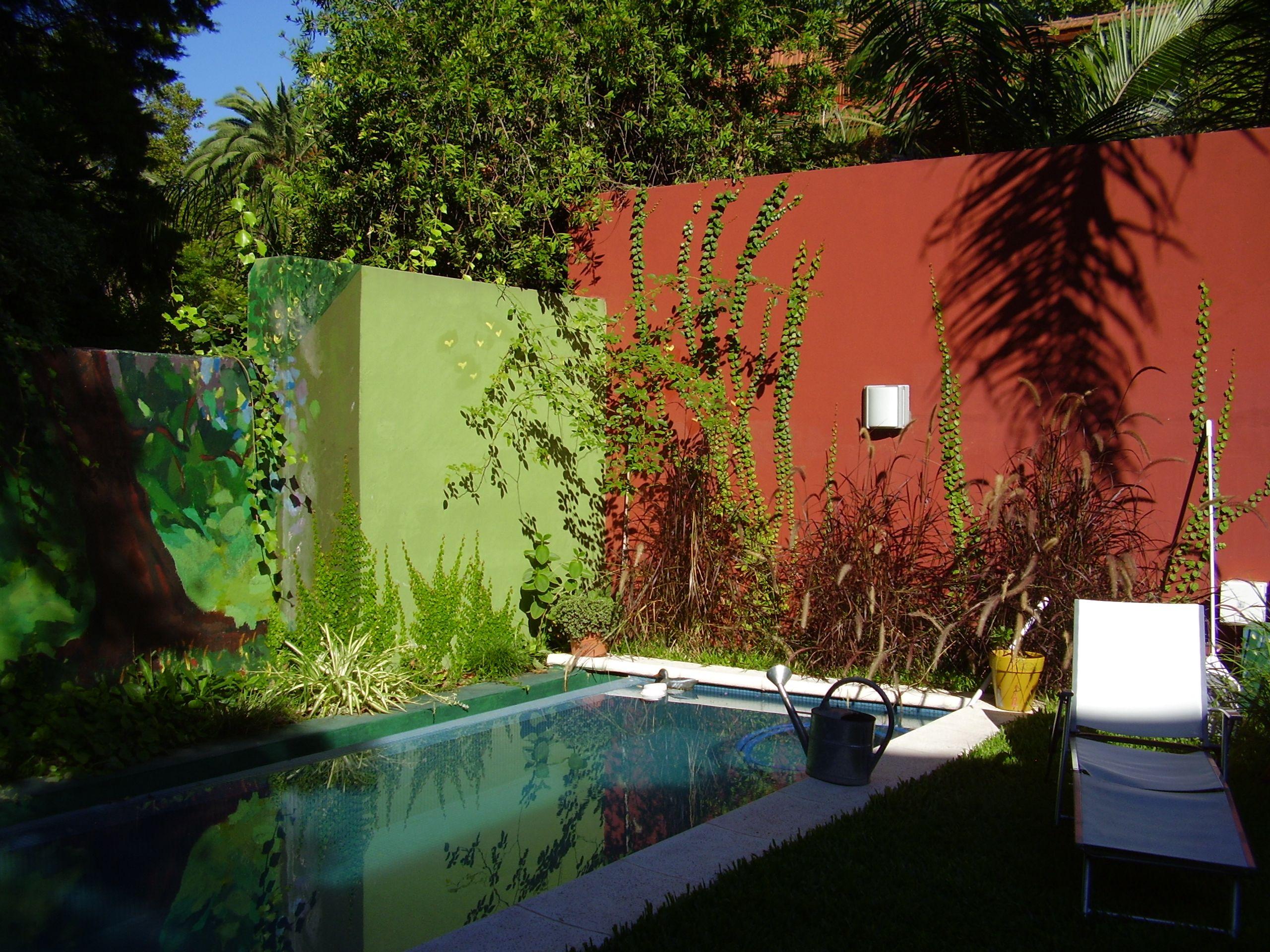 Jardin que se une a las paredes pintadas encuentros for Decoracion de jardines y muros exteriores