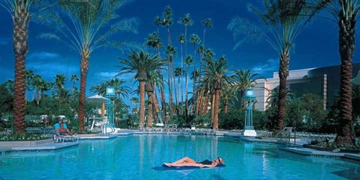 Las Vegas Pools Open Year Round Las Vegas Pool Mgm Grand Hotel Las Vegas Best Pools In Vegas