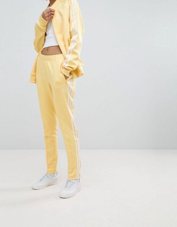 Adidas Originals Adicolor tres rayas de los pantalones de la pista en amarillo en ASOS