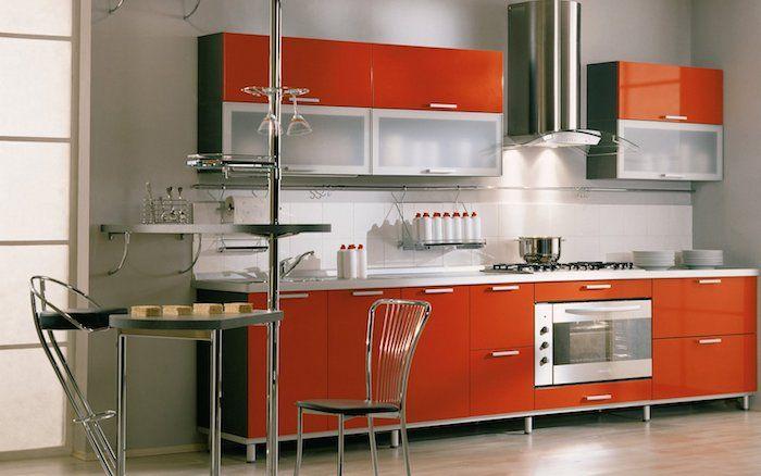 Wohnküche mit orangen Regalen, ein dreieckiger Tisch und moderne - offene küche wohnzimmer