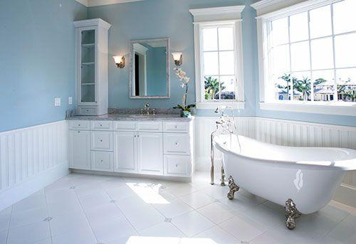 Lambrisering In Badkamer : Landelijke badkamer met babyblauwe muur nieuwbouw badkamer