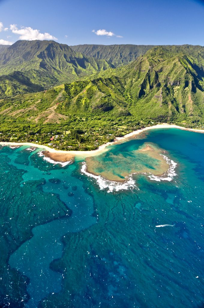 Volando sobre la espectacular costa de Nā Pali ~ Atlas of Wonders