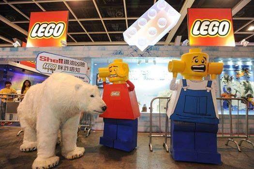 URGENTE: Esta mañana, muñecos LEGO gigantes indignados y un oso polar visitaron la Exhibición de Comics y Juegos de Hong Kong para pedir a LEGO que deje de trabajar con la petrolera Shell, perforadora del Ártico.