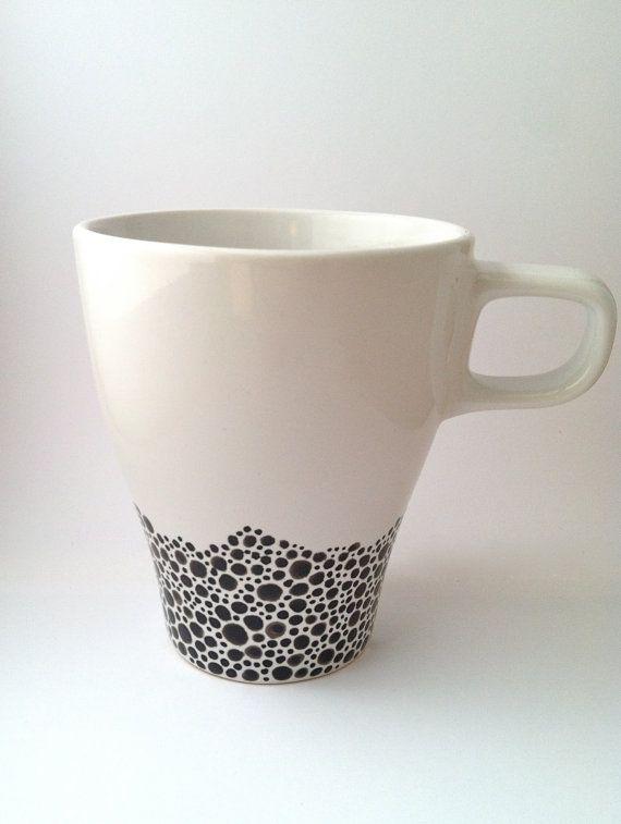 Ähnliche Artikel wie Handbemalte Kaffeebecher - schwarz & weiß auf Etsy