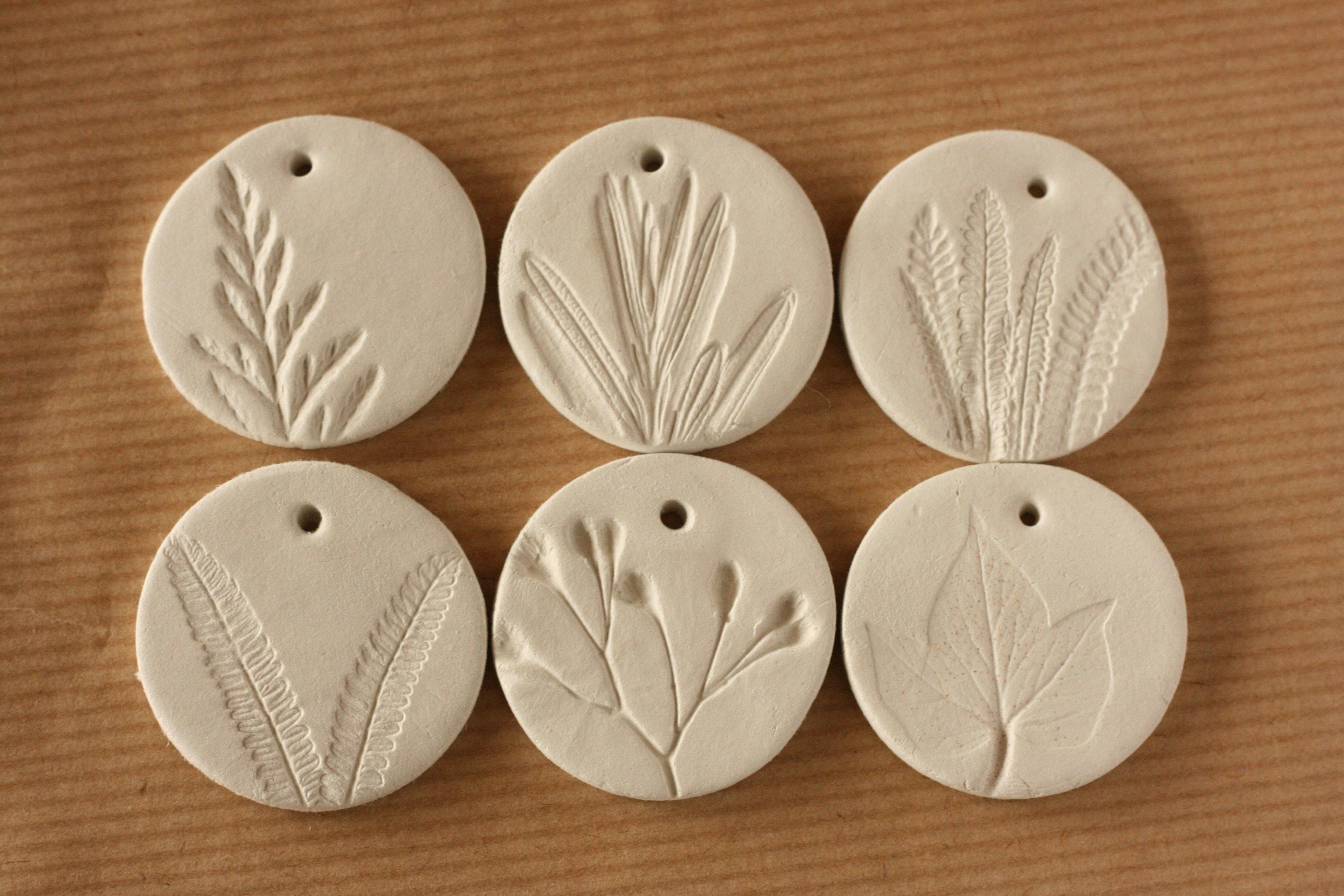 Medallones De Barro Blanco Diy Tags Manualidades Fáciles Caseras Manualidades Creativas