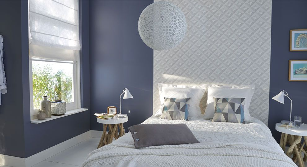 une chambre aux murs gris qui capte la lumi re gr ce sa t te de lit r alis e l 39 aide d 39 un. Black Bedroom Furniture Sets. Home Design Ideas