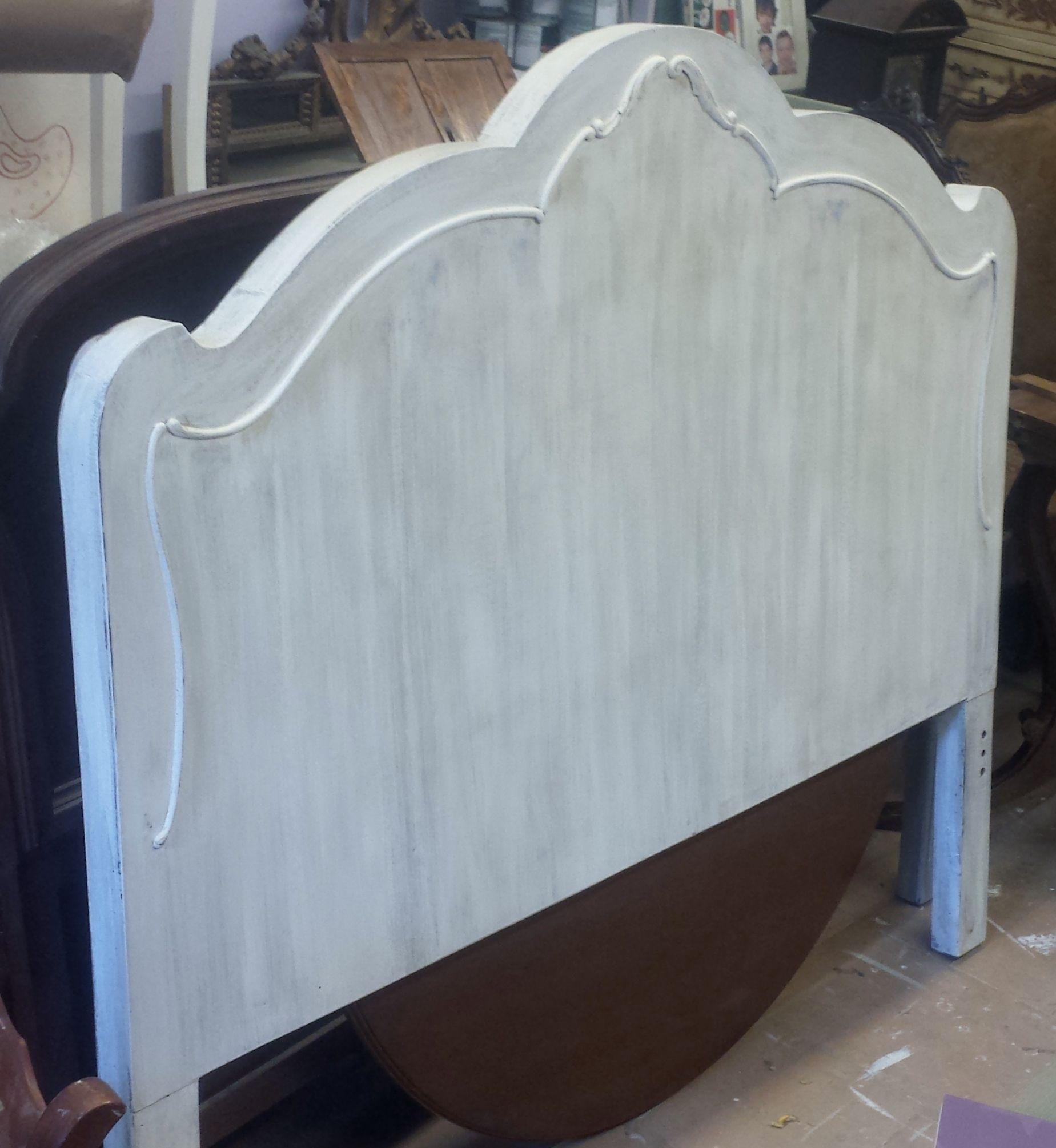 Cabecero de cama restaurado en blanco decapado. Antes era de color ...