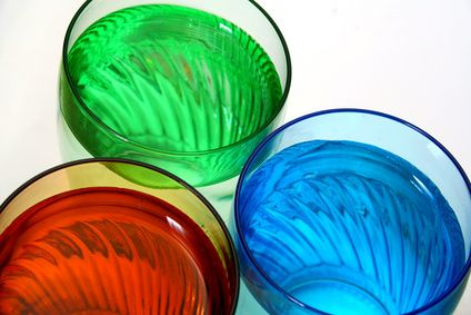 Como fazer um líquido colorido para colocar em uma garrafa decorativa | eHow Brasil