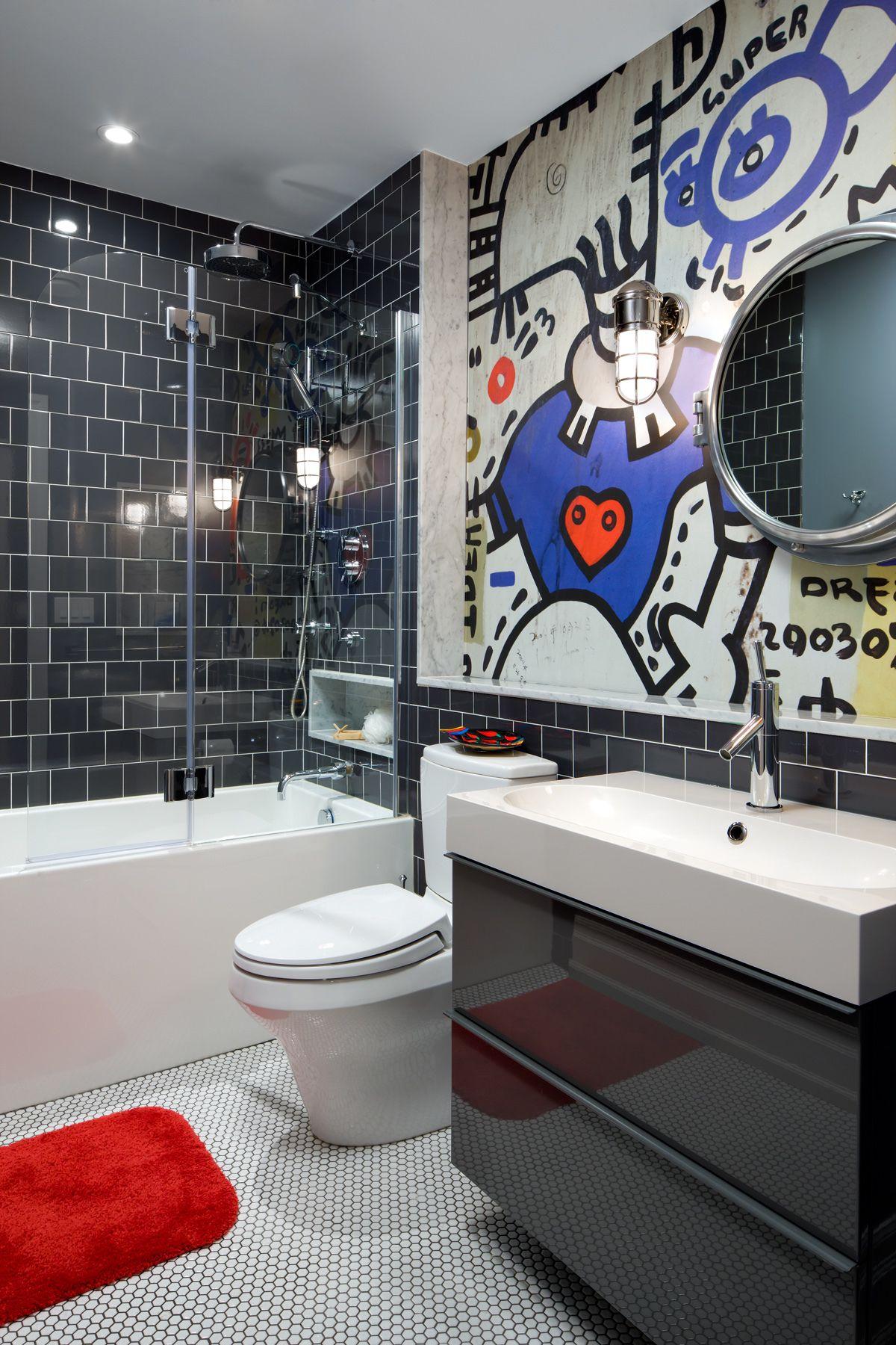 Тумба под раковину в ванную (45 фото): популярные варианты http://happymodern.ru/tumba-pod-rakovinu-v-vannuyu-45-foto-populyarnye-varianty/ Глянцевой фасад тумбы под умывальником хорошо смотрится в дуэте с такой же по цвету отражающей плиткой