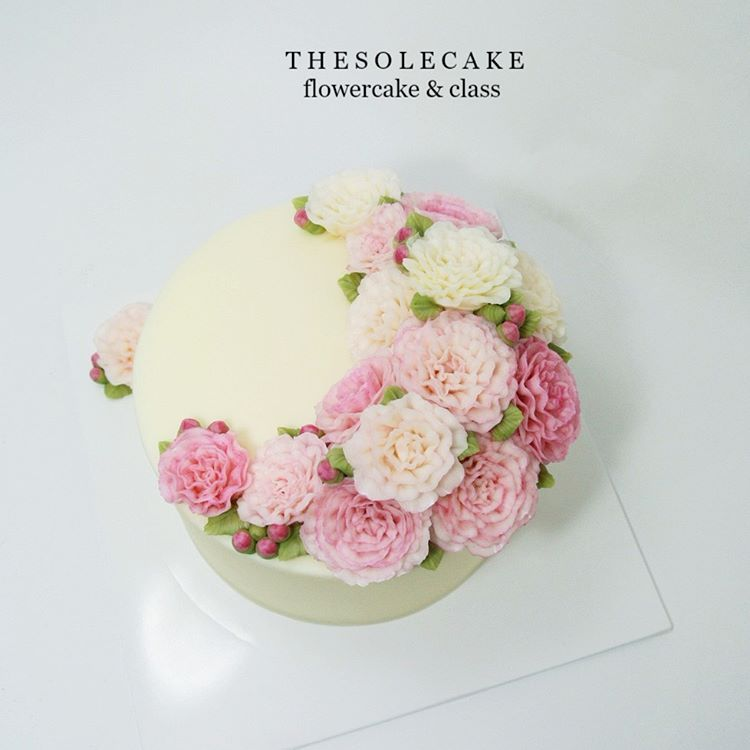 <thesole's crescent> Love Carnation 💕 화사한 핑크 카네이션입니다.~^^ - Made by inyeong  #cake#cakedesign#flowercake#buttercream#thesolecake#class#privatelesson#koreanflowercake#koreanbuttercreamcake#carnation#pink#wedding#gift#present#crescent#더쏠케이크#클래스#개인레슨#플라워케이크#꽃케이크#카네이션#크레센트#버터크림플라워케이크#인스타케이크#수제케이크