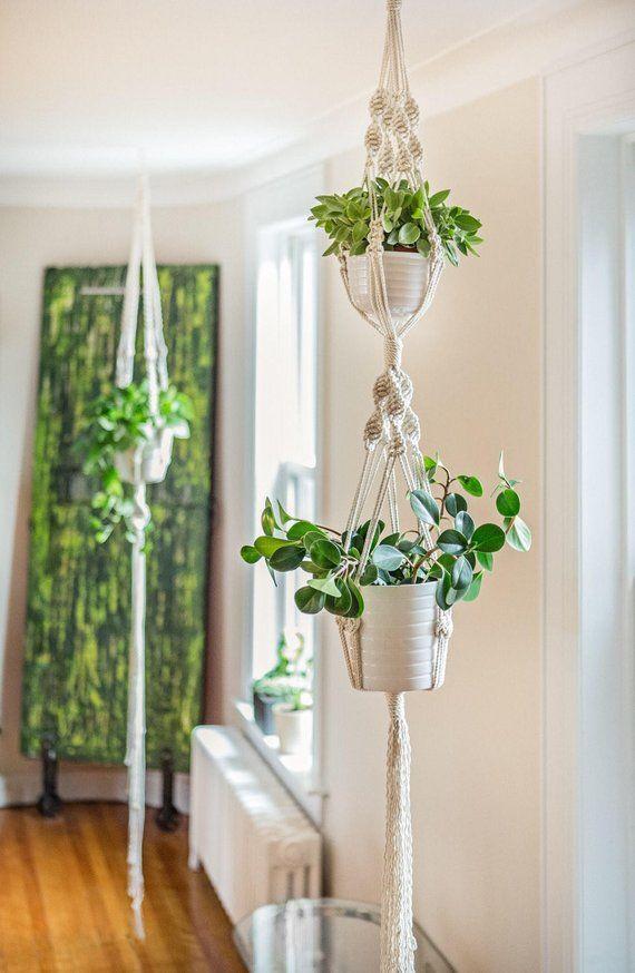 Pflanzerkasten in Makramee, Doppel Modell ausgesetzt. Diese Schönheit setzen Ihre Pflanzen in Wert, während sofort bringt einen Hauch Bohemian und natürlich zu Ihrem Dekor. Die Dimensionen dieses Stückes: Diese doppelte Pflanzer misst 65 Zoll (165 cm) lang und erhalte zwei #macrame