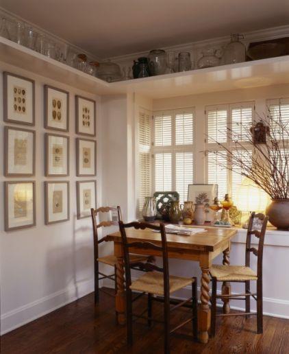Colocar estanterías por encima del nivel de las puertas es una buena manera de sacar partido al espacio vertical, muy útil en las casas pequeñas.