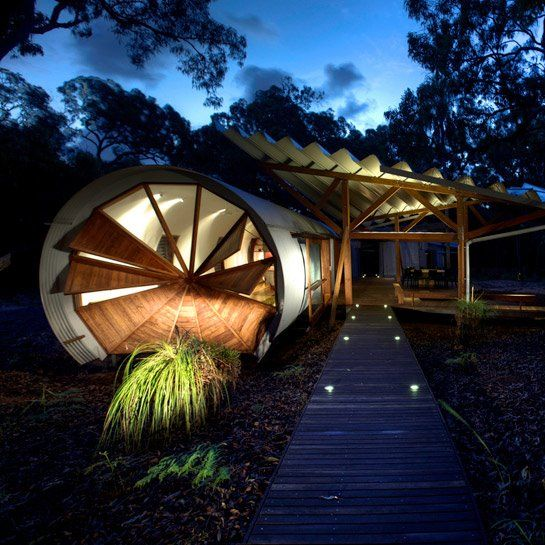 El uso de madera nativa y otros materiales naturales reciclados terminan por incorporar la casa al entorno neutral, que junto con los espacios dinámicos de interior/exterior, permiten disfrutar al máximo de la naturaleza y el clima templado sub-tropical.
