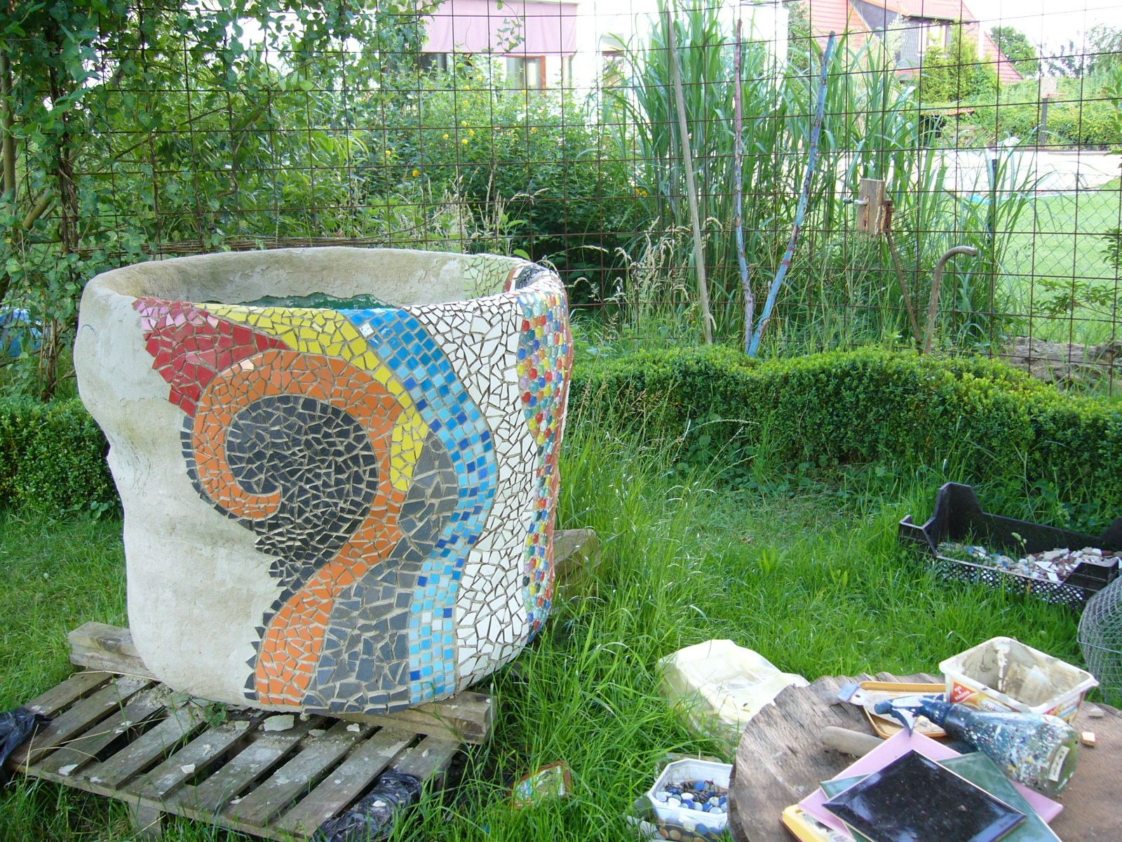 Upcycling Regentonne verkleiden rain barrel Mosaik mosaic concrete Beton